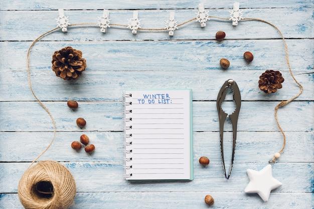 冬の水色の木のメモ帳のリスト