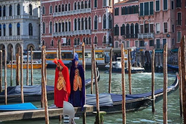 ヴェネツィアのカーニバルでマスクと衣装を着た人々