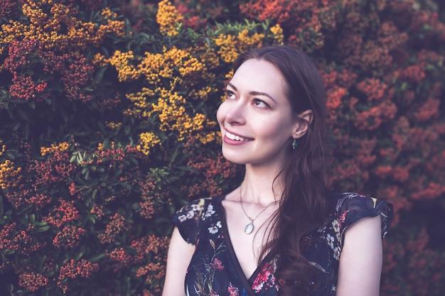 庭の美しいブルネット、笑みを浮かべて