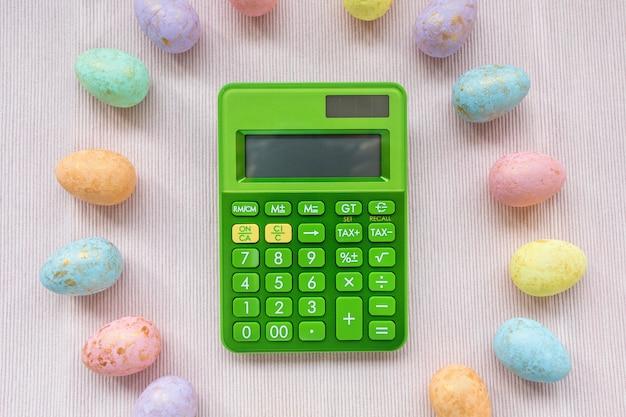緑の電卓と色とりどりの卵の装飾