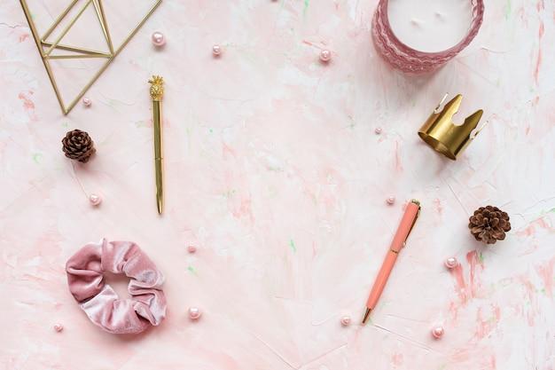 女性ピンクのワークスペースの表面