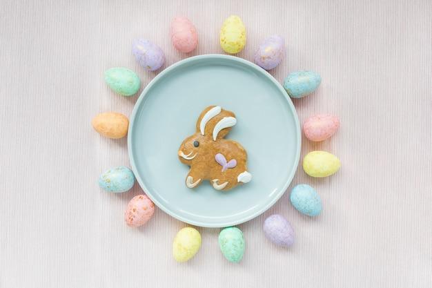 イースターエッグの装飾とジンジャーブレッドのバニークッキー