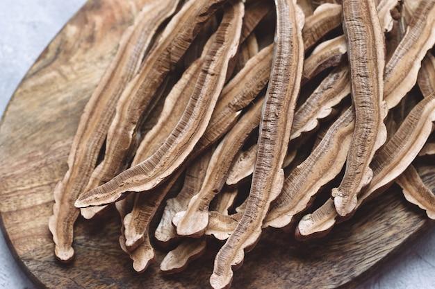 木の板に干し霊芝(霊芝とも呼ばれる)のスライス