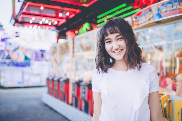 遊園地で美しいアジアの少女笑顔