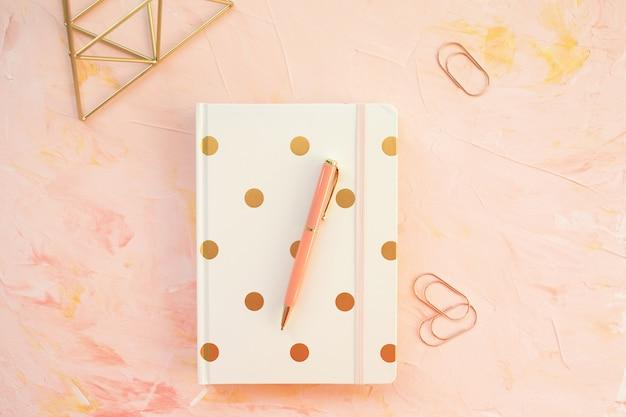メモ帳と机の上のペンのワークスペース。フラットレイアウト、平面図、ヘッダーテンプレート。