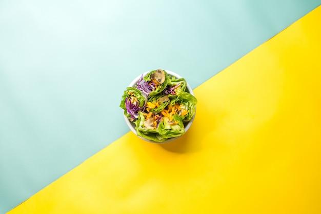 青と黄色のフレッシュ野菜サラダ