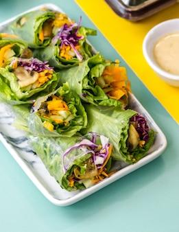クローズアップショットの新鮮野菜サラダ。