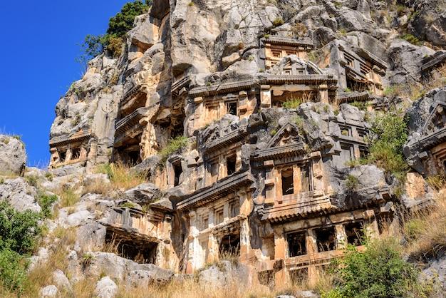 Старые руины ликийской архитектуры, древний склеп, пещеры в горах,