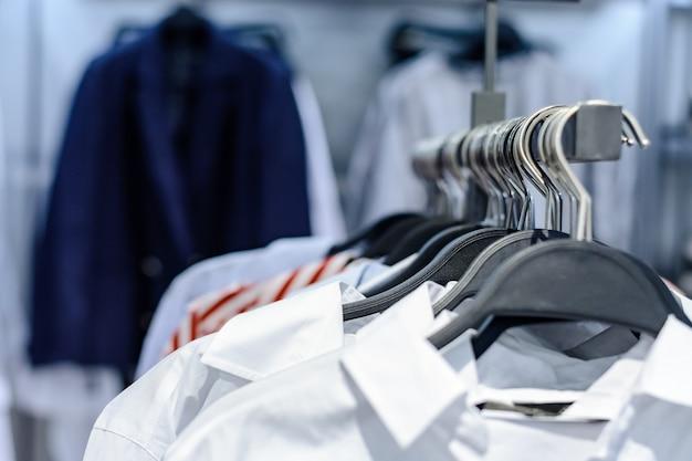 シャツが店内のラックに不用意にぶら下がっています。閉じる。