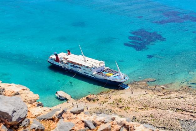 海賊船が巡航船の要塞、ミニチュア効果。