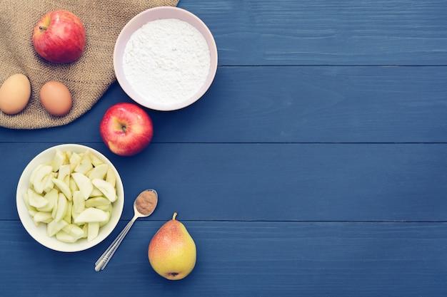 Выпечка ингредиенты яблочный пирог. копировать пространство вид сверху. квартира лежала.