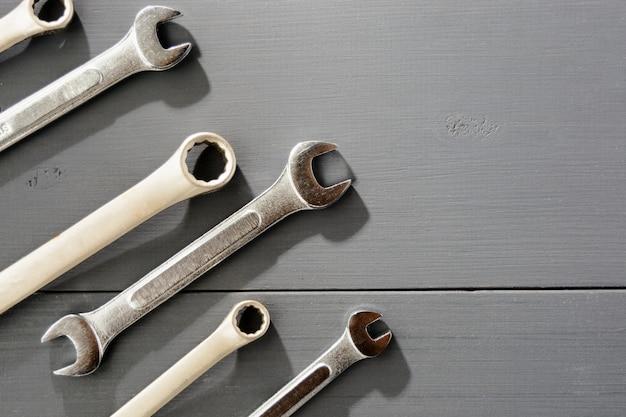Гаечный ключ установлен на сером фоне деревянных. вид сверху, плоская планировка, копирование пространства