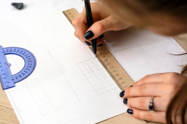 女子生徒は計画を準備しています。建築大学