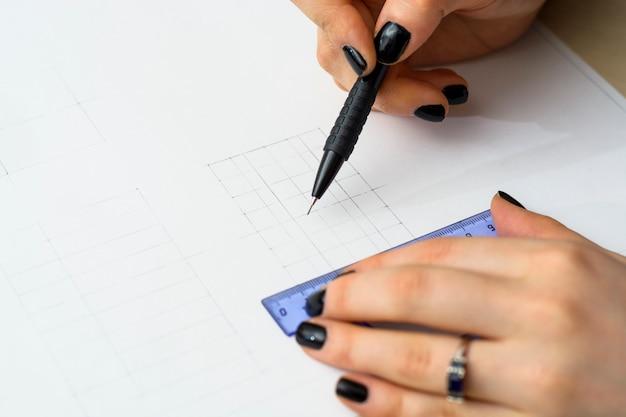 Студентка готовит план. архитектурный университет