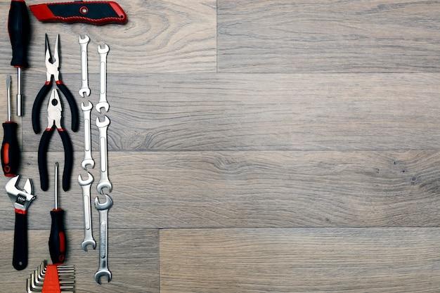 木材の背景のトップビューを修復するためのツール