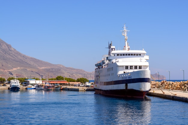 Круизный корабль стоит на скамье подсудимых перед отправкой в залив балос, греция.