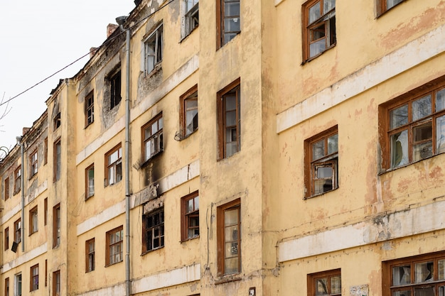 古い放棄されたアパートの建物は取り壊しのために準備されています