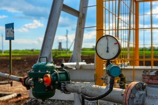オイル、ガス、水、オイルロッキングチェアクローズアップの圧力センサー