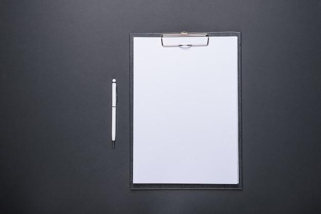 Бизнес-концепция дизайна планшета с белым листом бумаги и ручкой
