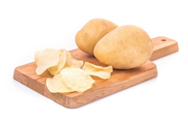 Картофельные чипсы и картофель в мешке, изолированных на белом фоне