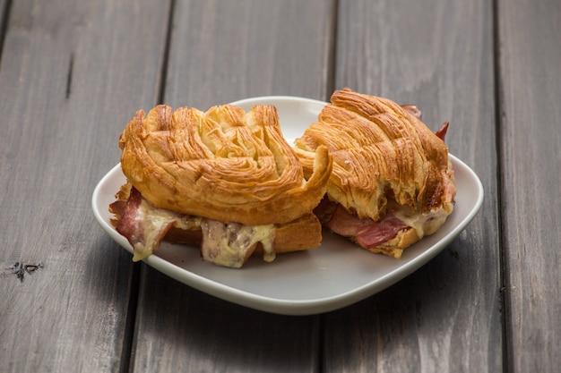 チーズとベーコンのサンドイッチ