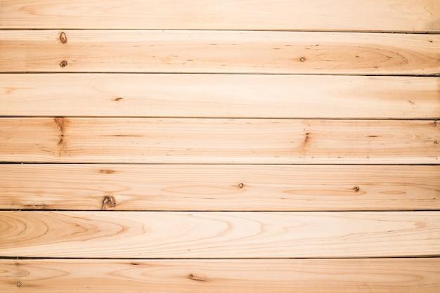 木製の机の上にノートブック