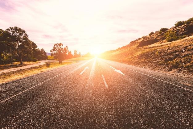 孤独な日当たりの良い道路