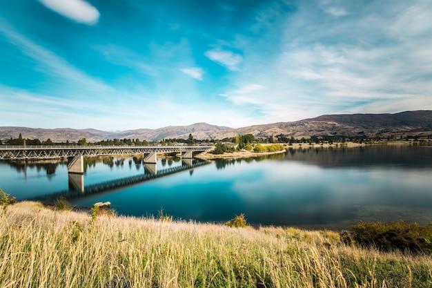 Мост пересекает озеро
