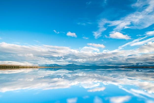 自然の空の湖畔穏やかな景色