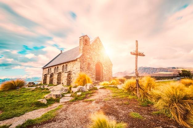 Солнечный пейзаж с церковью