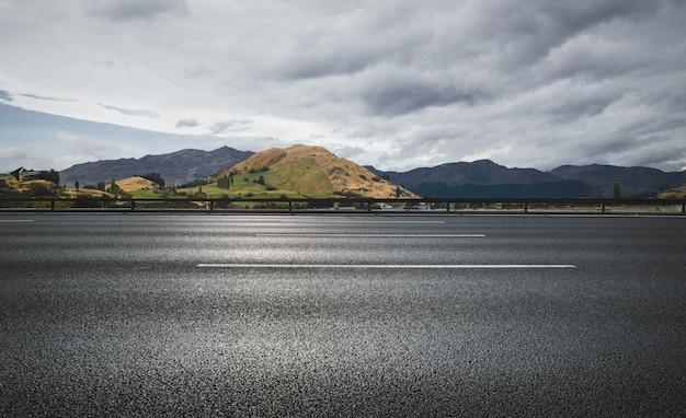 Дорога, кундук и небо на фоне горы