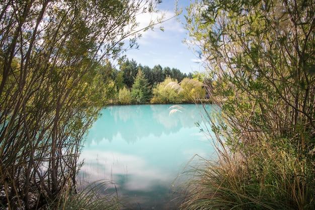 Красивое синее озеро пукаки в новой зеландии