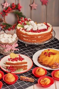 クリスマステーブルデコレーション、テーブルの上にお菓子とお祝いフルーツケーキ