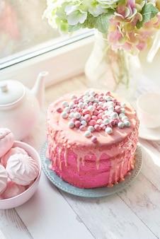 ピンクのイースターケーキ、おいしい母の日ギフト、誕生日のお菓子