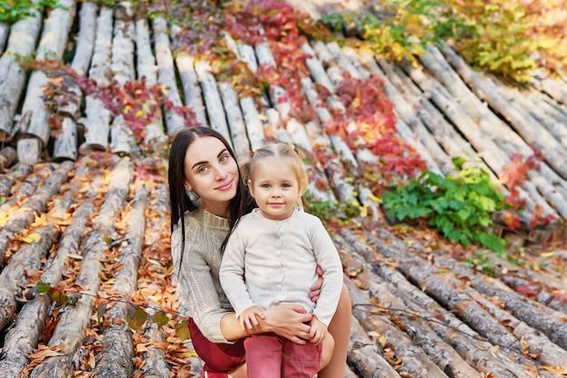 秋の公園で娘と母