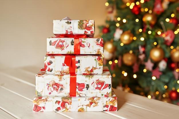 クリスマスツリーのボケの背景にクリスマスプレゼント
