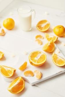 クリスマスオレンジと窓辺の白みかん