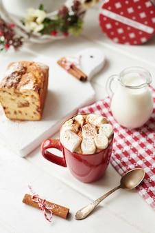 クリスマスクッキー、ミルク、ココア、マシュマロ、窓辺の白い皿にキャンディー