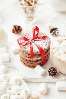 Рождественское печенье и зефир на белом у окна