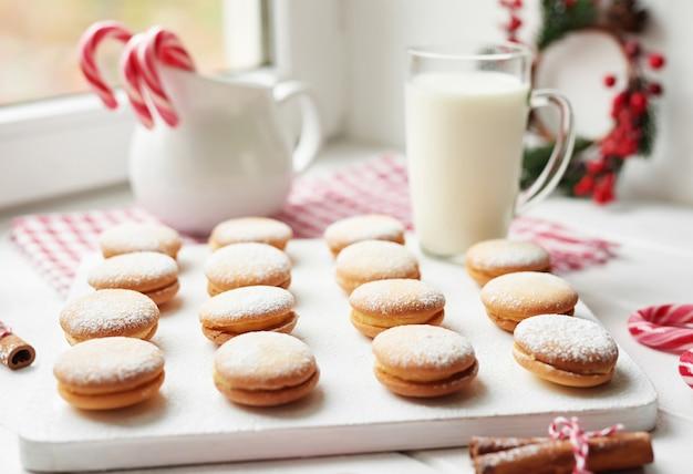 Рождественское печенье, молоко, какао, зефир, безе на тарелке