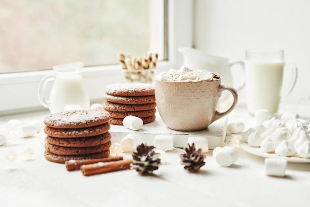 クリスマスクッキー、ミルク、ココア、マシュマロ、窓辺のメレンゲプレート