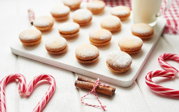 クリスマスクッキー、ミルク、ココア、窓辺のマシュマロ