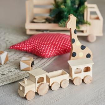 木のおもちゃの列車、天然木のおもちゃ、着色された木製の形状、赤ちゃんのおもちゃ、赤ちゃんのために設定された木製の動物のおもちゃ。