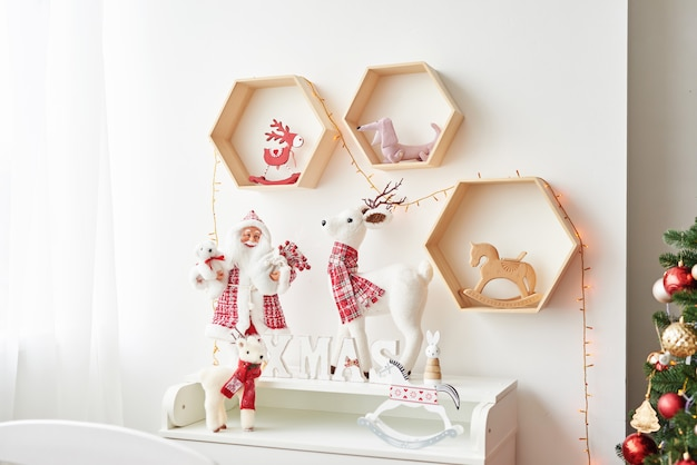 クリスマスの棚には、子供部屋のサンタと鹿が描かれています。子供部屋のクリスマスインテリア保育園のクリスマス。