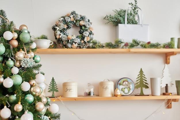 Рождественский декор на кухне. рождественская посуда. рождественская посуда. яркий интерьер новогодней кухни. новогодняя открытка шаблон. белая мята цвета кухня.