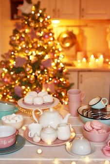 Рождественский декор на кухне. рождественские блюда и сладости. яркий интерьер новогодней кухни.