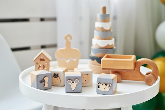スカンジナビアの子供用家具。スカンジナビアの子供部屋のテーブルと木製の教育玩具。