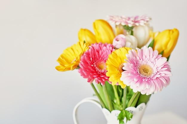 美しいチューリップとガーベラの花束と花瓶