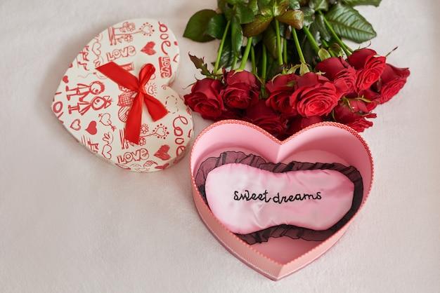 バレンタインのギフトボックスと赤いバラ