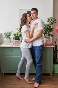 自宅で愛の若いカップルがバレンタインの日を祝う
